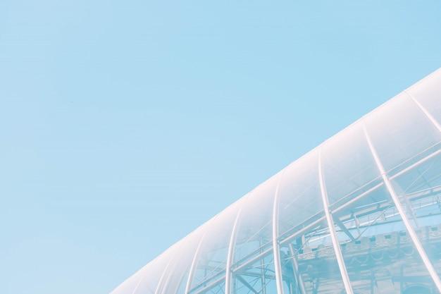 Tiro de ângulo baixo de um edifício de vidro branco com texturas interessantes - ótimo para um fundo legal Foto gratuita
