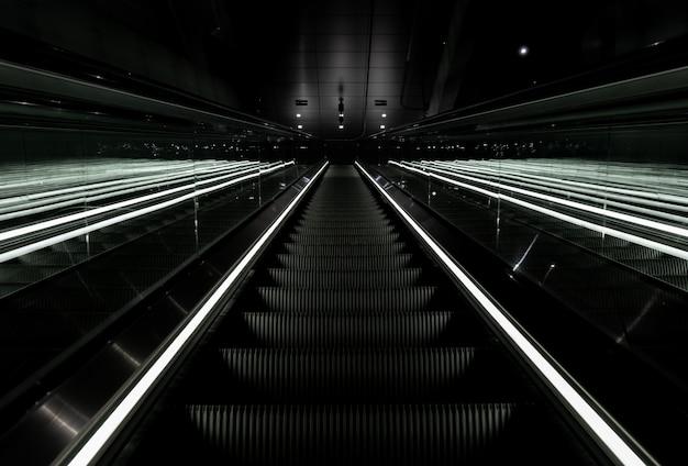 Tiro de ângulo baixo de uma escada rolante subindo em uma estação de metrô em vijzelgracht, holanda Foto gratuita