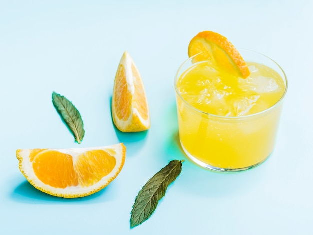 Tiro de bebida laranja frio Foto gratuita