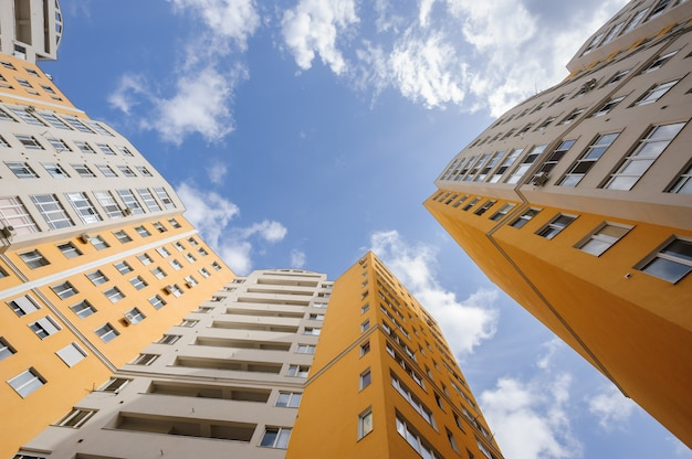 Tiro de grande angular de novos edifícios residenciais genéricos Foto Premium