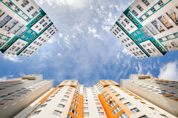 Tiro de grande angular de novos edifícios residenciais Foto Premium