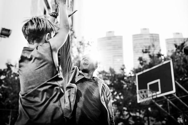 Tiro de jogador de basquete jovem Foto gratuita
