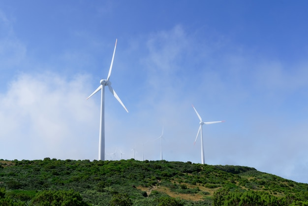 Tiro de turbinas eólicas nas montanhas Foto gratuita