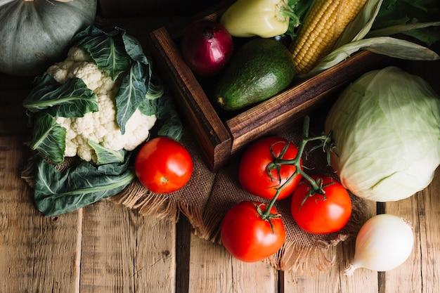 Tiro de vista superior do arranjo de vegetais de outono Foto gratuita