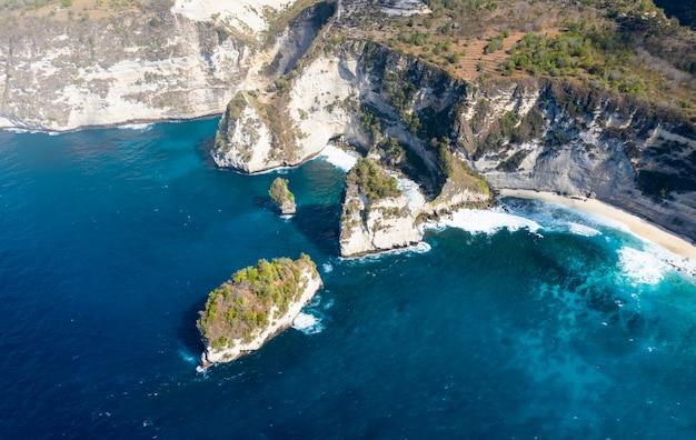 Tiro de zangão épico de nusa batumategan mil ilhas em nusa penida, bali - indonésia Foto Premium
