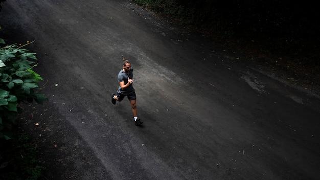 Tiro do homem correndo Foto gratuita