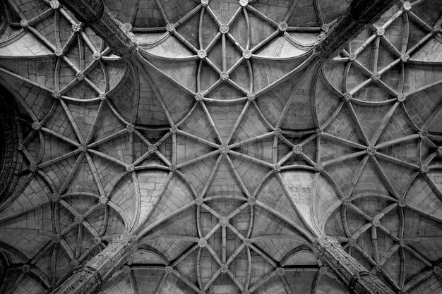 Tiro em escala de cinza de um teto texturizado Foto gratuita