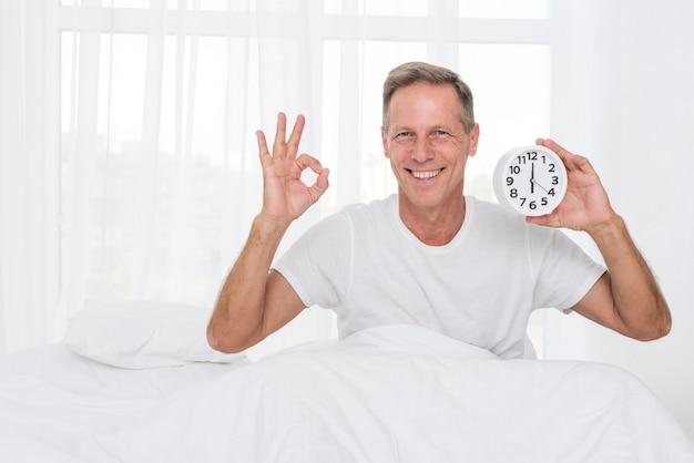 Tiro feliz de homem médio mostrando aprovação Foto gratuita