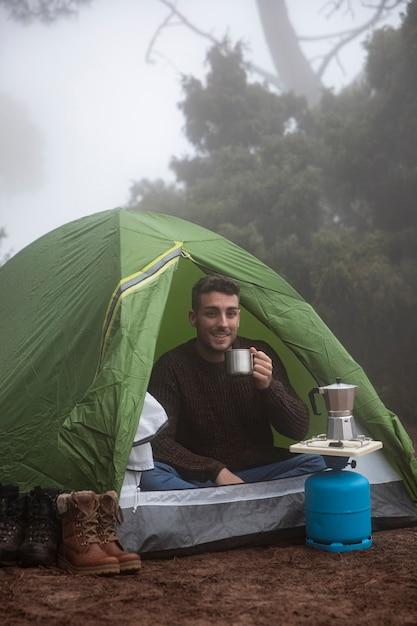 Tiro feliz homem feliz na barraca Foto gratuita