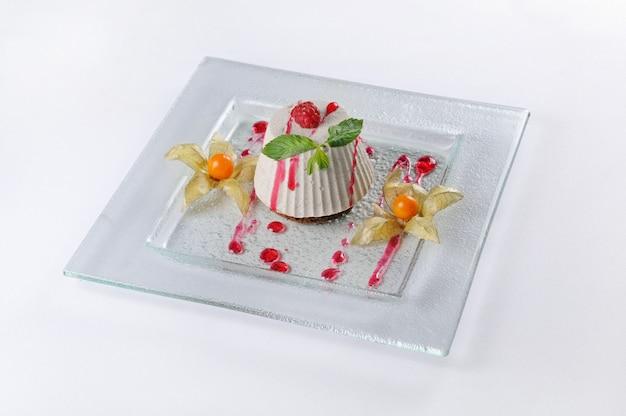 Tiro isolado de uma sobremesa com framboesas e physalis Foto gratuita