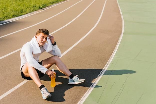 Tiro longo, de, corredor, fazendo exame uma ruptura Foto gratuita