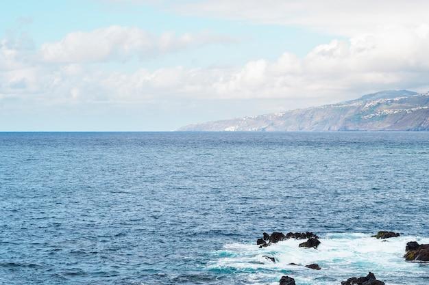 Tiro longo, de, costa rochosa, linha, de, ilha Foto gratuita