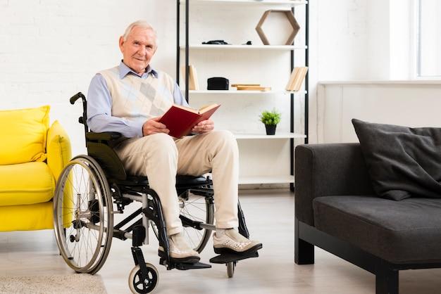 Tiro longo, homem velho, sentando, ligado, cadeira rodas Foto gratuita