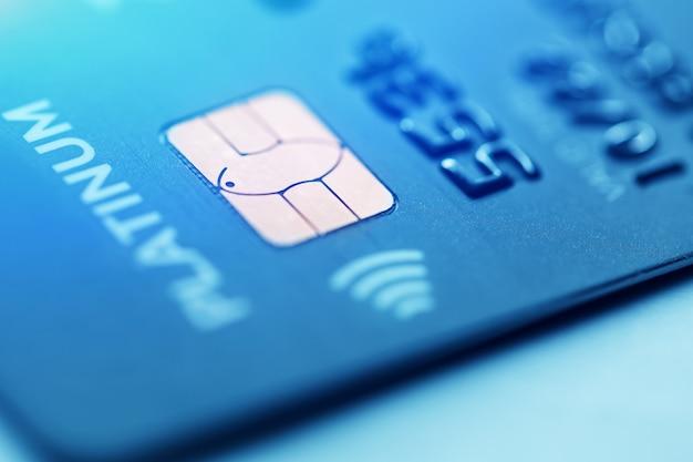 Tiro macro chave baixo com cartão de crédito. Foto Premium