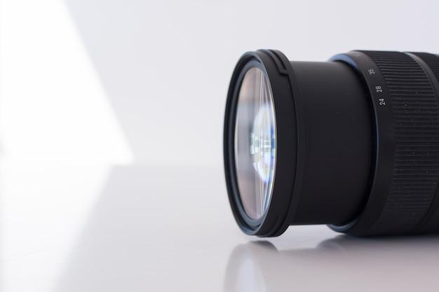 Tiro macro da lente da câmara digital moderna sobre fundo branco Foto gratuita