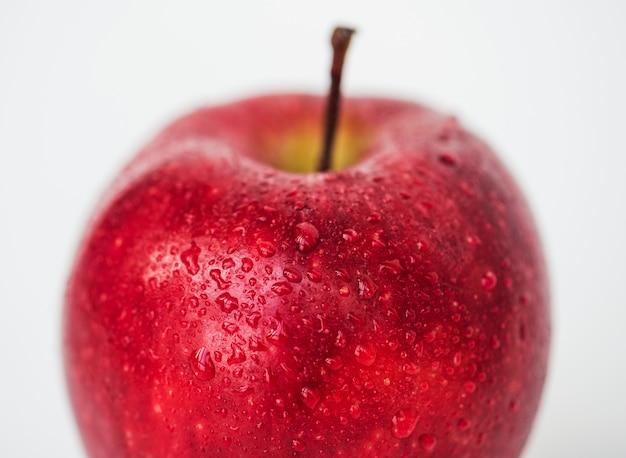 Tiro macro de maçã vermelha, isolado no fundo branco Foto gratuita