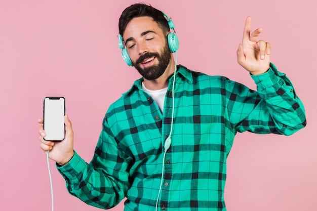Tiro médio, cara, desfrutando, a, música Foto gratuita