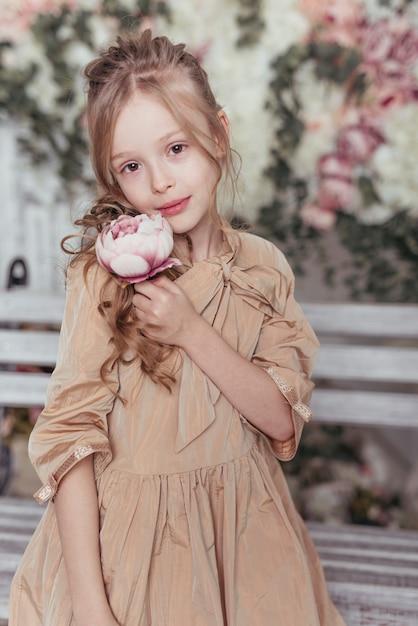 Tiro médio da menina adorável Foto gratuita