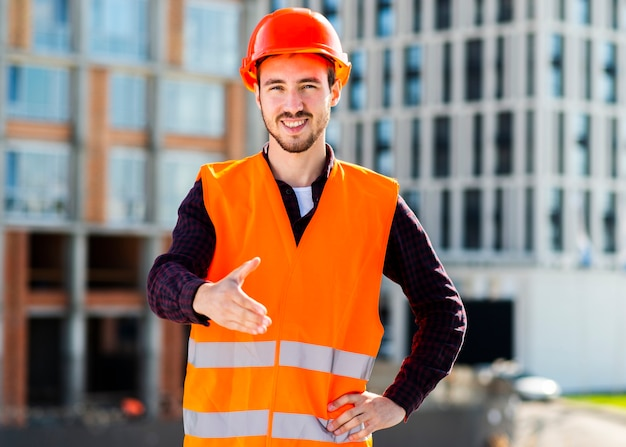 Tiro médio, de, engenheiro, oferecendo, aperto mão Foto gratuita