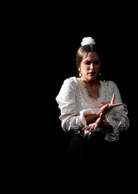 Tiro médio, de, flamenca, movendo braços, com, graça Foto gratuita