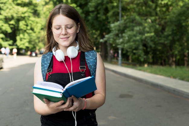 Tiro médio, de, highschool, menina, lendo um livro Foto gratuita