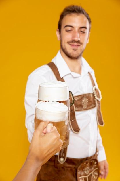 Tiro médio, de, homem, com, pinta cerveja Foto gratuita
