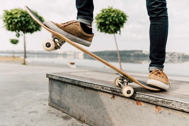 Tiro médio, de, homem, equilibrar, ligado, skateboard Foto gratuita