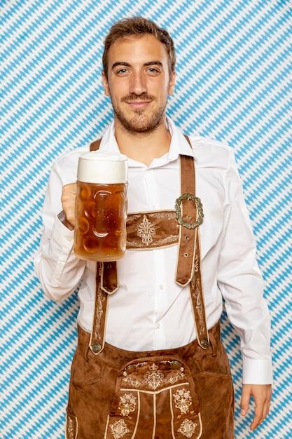 Tiro médio, de, homem, segurando, pinta cerveja Foto gratuita