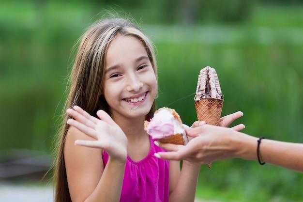 Tiro médio, de, menina, comer, sorvete Foto gratuita