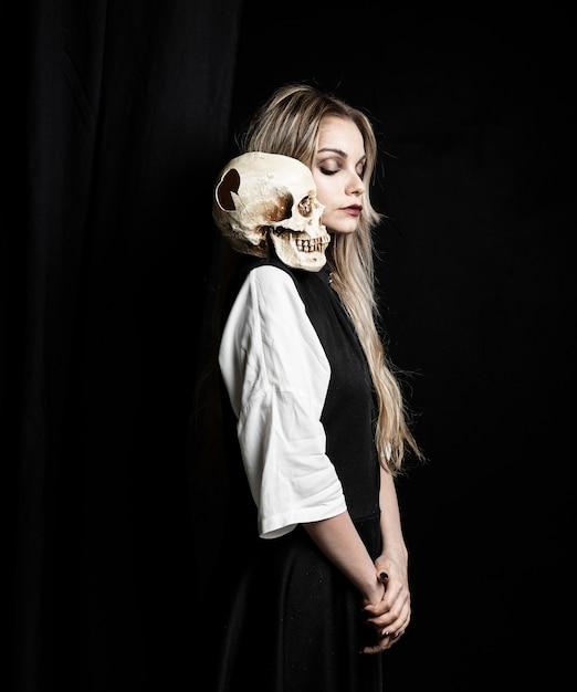 Tiro médio, de, mulher, com, cranio, ligado, ombro Foto gratuita