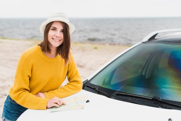 Tiro médio, de, mulher viajando, e, car Foto gratuita