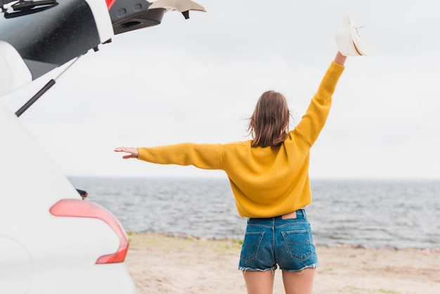 Tiro médio, de, mulher viajando, tendo divertimento Foto gratuita