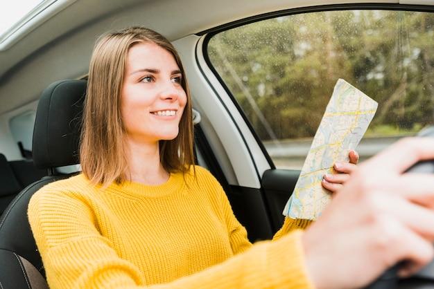 Tiro médio, de, viajante, ligado, viagem estrada Foto gratuita