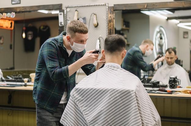 Tiro médio do conceito de barbearia Foto gratuita