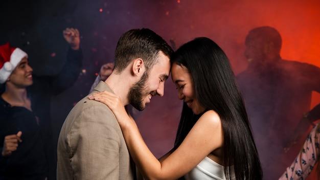 Tiro médio do jovem casal dançando Foto gratuita