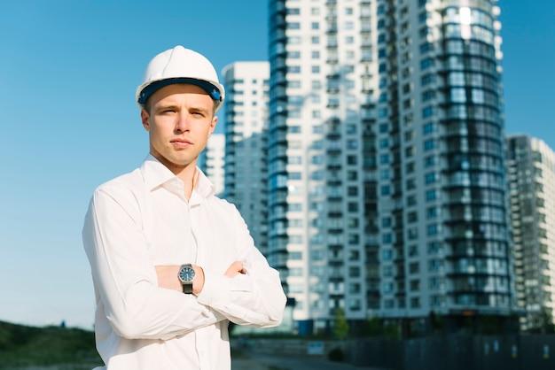 Tiro médio, homem, com, braços cruzados, ao ar livre Foto gratuita