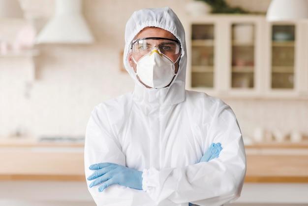 Tiro médio homem com traje de proteção Foto Premium