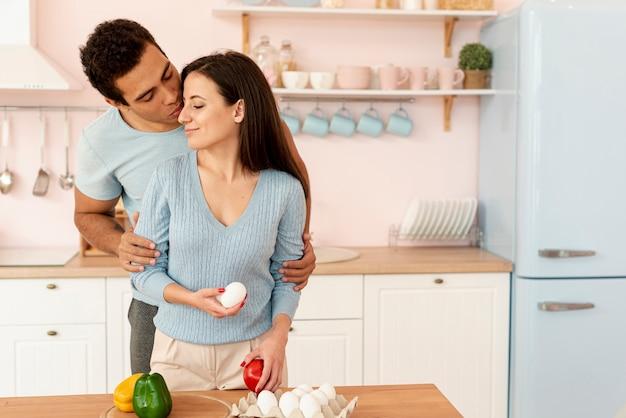 Tiro médio homem e mulher, tendo um momento Foto gratuita