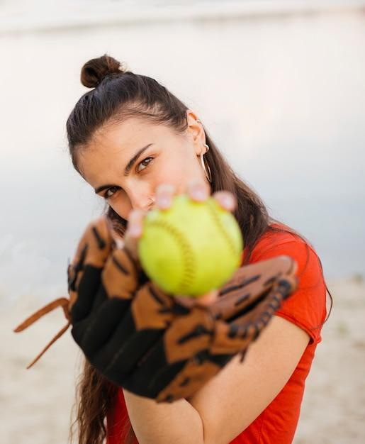 Tiro médio, menina, com, luva baseball, e, bola Foto gratuita