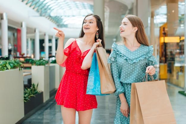 Tiro médio, meninas, olhando, shopping Foto gratuita