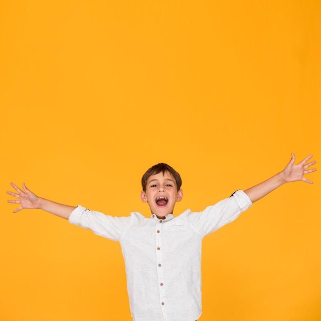 Tiro médio, menino, gritando, com, espaço cópia Foto gratuita