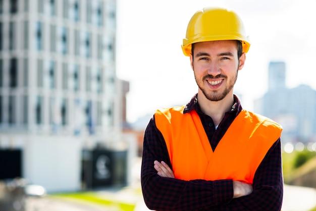 Tiro médio, retrato, de, trabalhador construção, olhando câmera Foto gratuita
