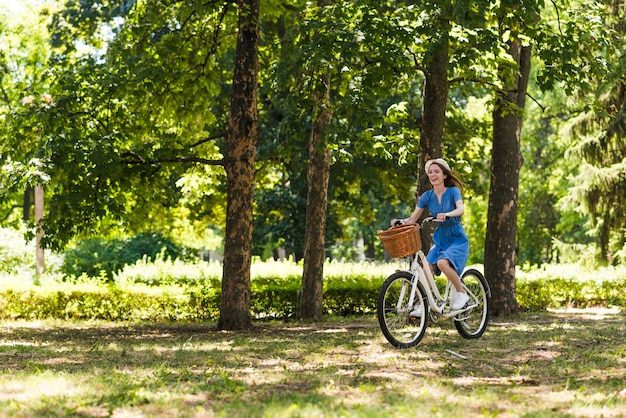 Tiro, mulher, bicicleta, floresta Foto gratuita