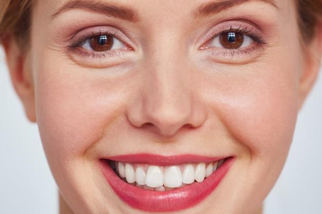 Tiro na cabeça da mulher bonita sorridente Foto gratuita