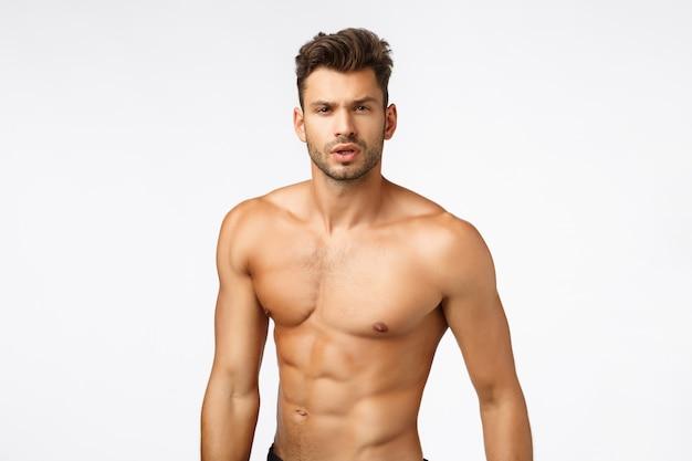 Tiro na cintura, atleta nu bonito e sexy, esportista com torso nu, tanquinho Foto Premium
