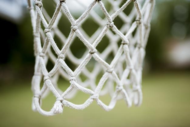 Tiro próximo de uma rede de cesta de basquete Foto gratuita