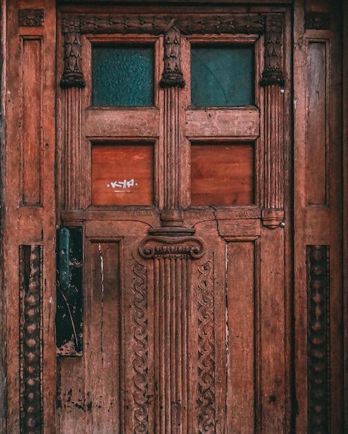 Tiro simétrico de uma porta de madeira velha resistida Foto gratuita