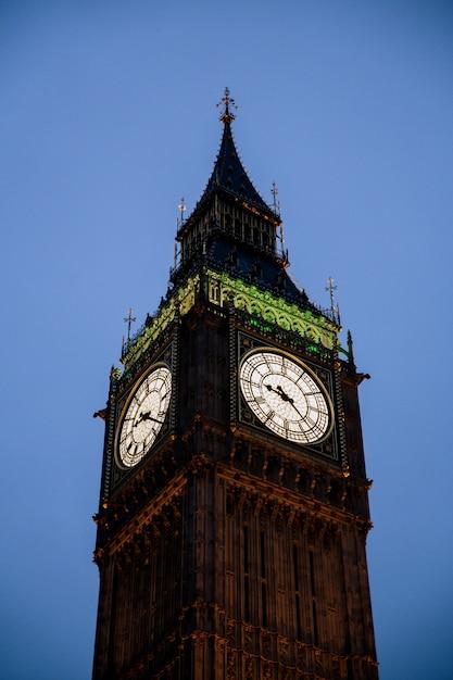 Tiro vertical da torre do relógio big ben em londres, inglaterra, sob um céu claro Foto gratuita