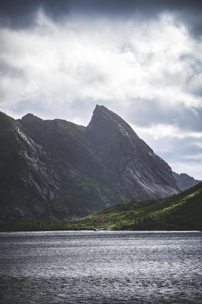 Tiro vertical das montanhas e um lago nas ilhas lofoten Foto gratuita