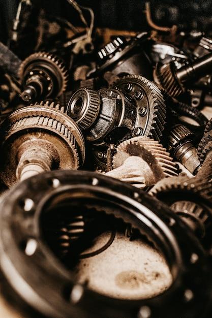 Tiro vertical de cinza, engrenagens metálicas e peças de automóvel Foto gratuita